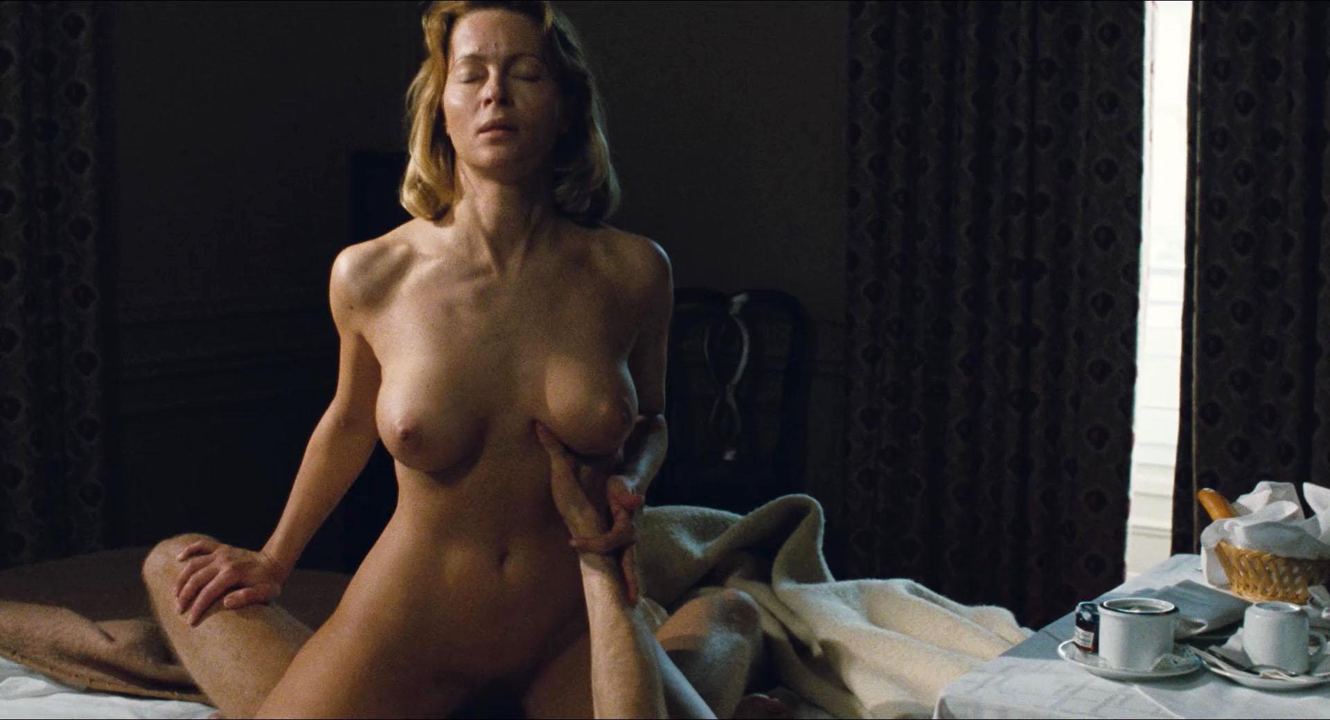 vollbusige bruenette nackt